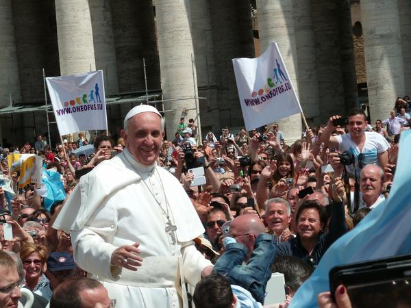 pope_francis_among_the_people_at_st._peters_square_-_12_may_2013.jpg.jpe