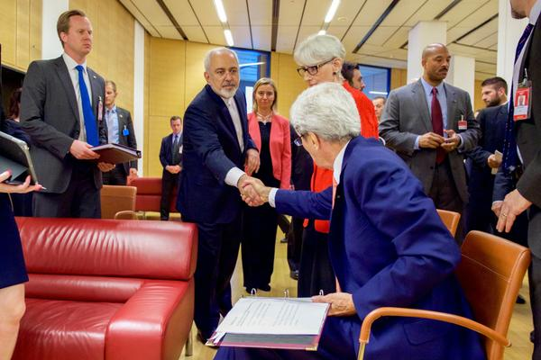 secretary_kerry_shakes_hands_with_minister_zarif.jpg.jpe