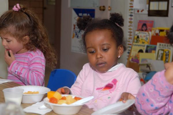 united_states_children_eating_at_day_care.jpg.jpe