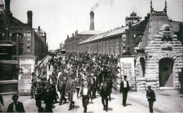workers_leave_the_pullman_palace_car_works_1893.jpg.jpe