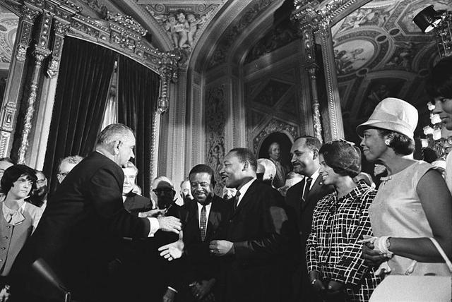 800px-lyndon_johnson_and_martin_luther_king_jr._-_voting_rights_act_0.jpeg.jpe